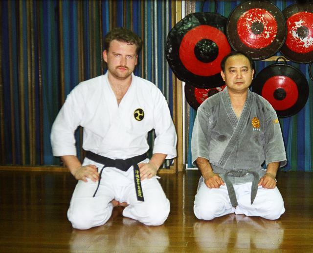 Maître Valeriy Maistrovoy en compagnie du Maître Yoshiaki Gakiya 9e dan kodubo (Okinawa, Japon).