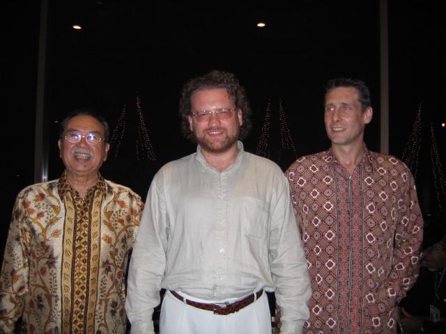 Avec le général Eddy M. Nalapraya (à gauche) président honoraire de la fédération internationale de Pencak Silat.