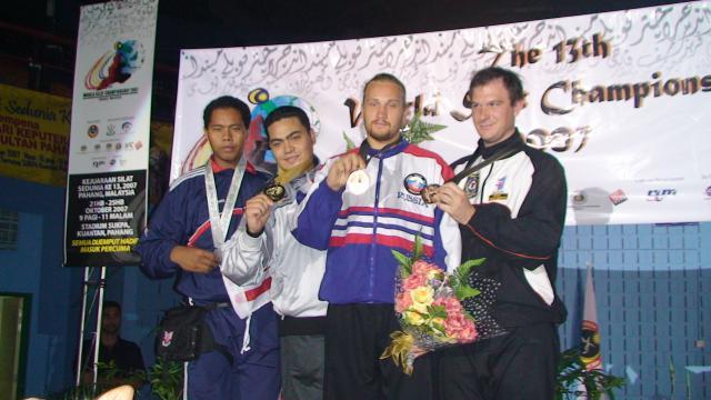 Dmitri Kovalev - champion d'Europe de Pencak Silat à Zurich (Suisse) 2008 - sur le podium du 13ème championnat du monde de 2007.