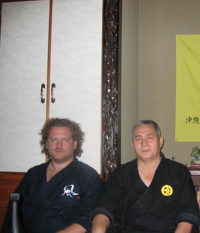 Maître Valeriy Maistrovoy en compagnie du Maître M. Yagi 10e dan Goju ryu (Okinawa, Japon).
