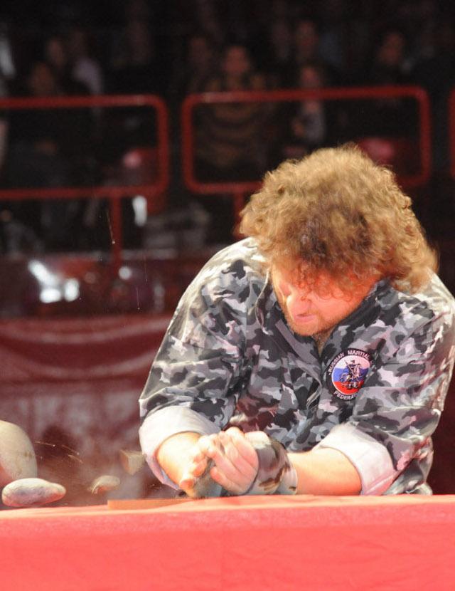 Maître Valeriy Maistrovoy briser un rocher en pierre.